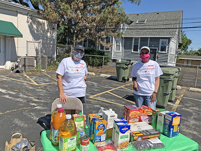 Ann Jackson of Flossmoor, right, visits with volunteer Michelle Domecki. Jackson organized the PopUp Complementary Nutrition Stations for those being helped by the Cancer Support Center in Homewood. (Marilyn Thomas/H-F Chronicle)