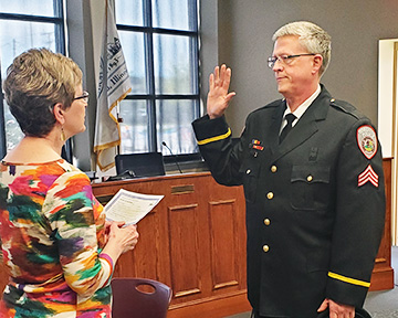 Curt Wiest, right, takes the oath of office administered by Homewood Village Clerk Marilyn Thomas. (Provided photo)