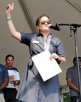 Flossmoor Mayor Michelle Nelson welcomes the crowd to Flossmoor Fest, introduces area community and political leaders and thanks the many sponsors who made the festival possible, with a special shoutout to village staff members who worked to organize the event. (EC)