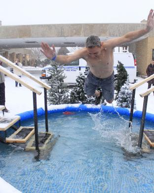 Phil Komorowski shows it's possible to make a grand entrance into a wading pool.