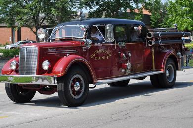 The Flossmoor Fire Department included an antique fire engine in its parade of vehicles. (BJ)